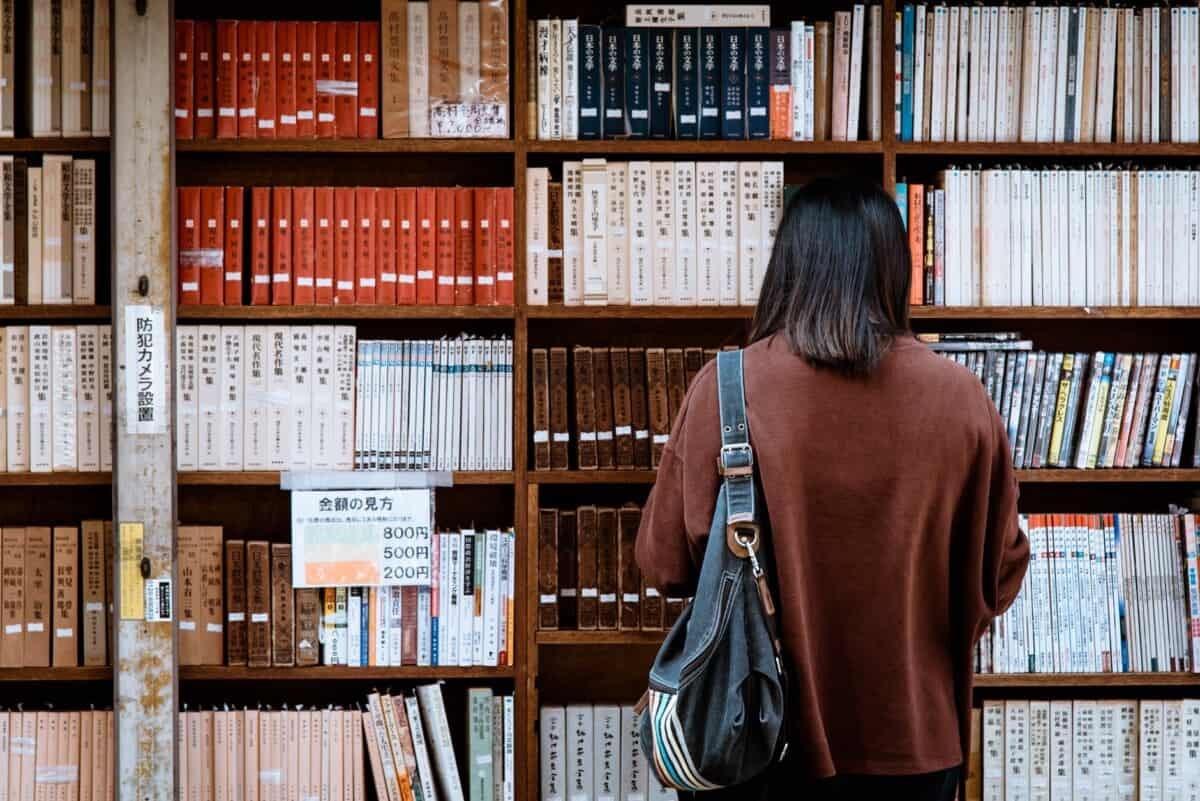 woman reading English books in the library