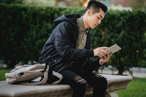 boy reading forum sites to learn English